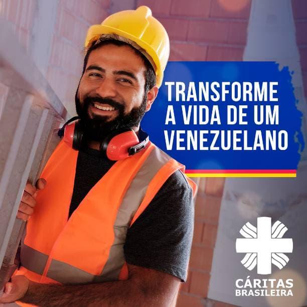 Homem sorrindo trabalhando em construção