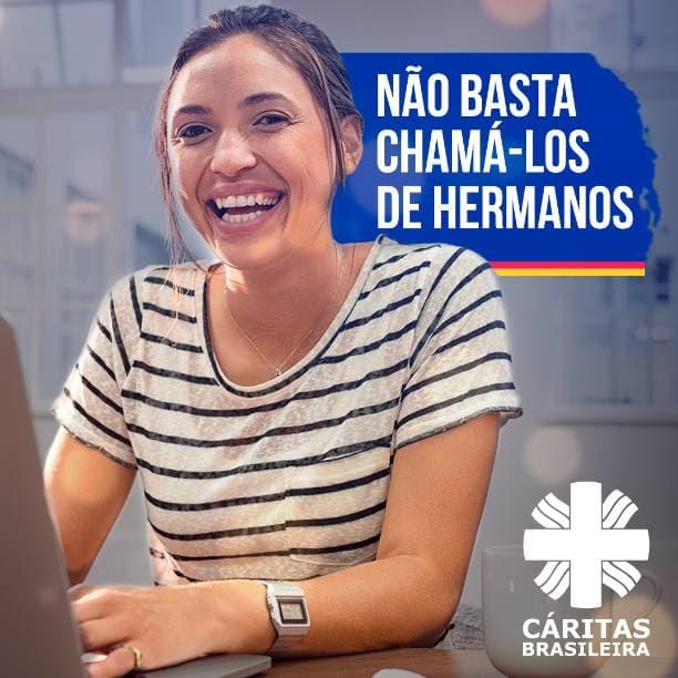 Mulher sorrindo trabalhando no computador